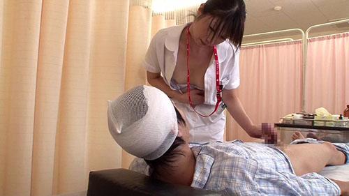 「『おばさんで本当にいいの?』若くて硬い勃起角度150度の少年チ○ポに抱きつかれた看護師はヤられても本当は嫌じゃない」VOL.2サンプル画像1