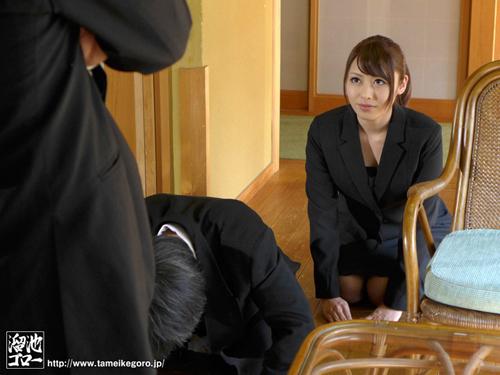 夫の親族一同に輪姦された美人妻 桜井あゆサンプル画像1