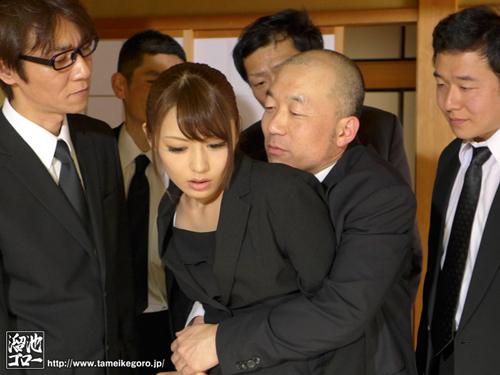 夫の親族一同に輪姦された美人妻 桜井あゆサンプル画像2