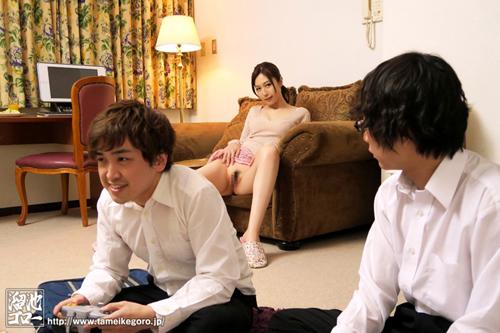 まんチラ誘惑 同級生のママ 佐々木あきサンプル画像1