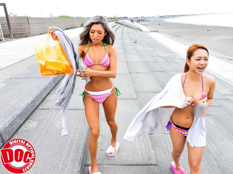 夏のビーチでエロ娘達のレイヤード水着チェック!サンプル画像2