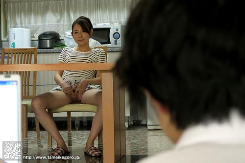 まんチラ誘惑 同級生のママ 今井真由美サンプル画像1