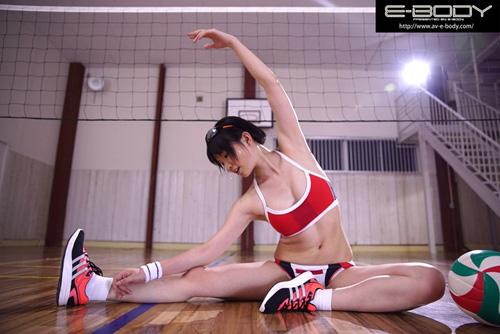 '日本一可愛いアタッカー'と当時話題だったあの少女!!長身美脚の現役ビーチバレー選手が奇跡のAVデビュー 小澤まなサンプル画像1
