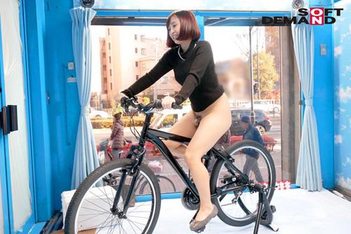 マジックミラー号×アクメ自転車 ママチャリ人妻限定!「みんな私の方を見てる気がするんですけど…」公衆の面前!?でイキまくる!ハリガタピストンで大量潮吹き絶頂アクメ!!サンプル画像6