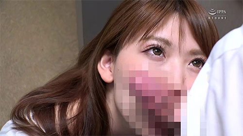 同窓会で出会った初恋の女◆人妻になった彼女はSEXしてくれない夫に欲求不満で独身の僕をパンチラ胸チラ誘惑して、硬くなったチ○コ欲しがってます。「エ?ここで?」我慢できず、みんなの目を盗み店内でハメたおしました!サンプル画像3