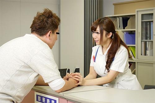 「看護師さんに惚れられ過ぎて彼女がそばにいるのにコソコソ誘惑(胸チラ/尻見せ/超密着)されてヤられた」VOL.1サンプル画像1