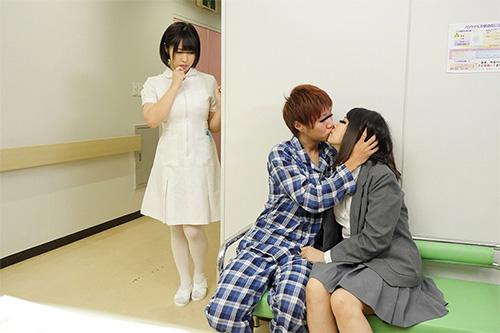「看護師さんに惚れられ過ぎて彼女がそばにいるのにコソコソ誘惑(胸チラ/尻見せ/超密着)されてヤられた」VOL.1サンプル画像2