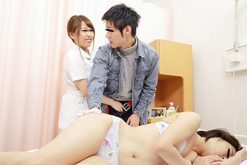 「看護師さんに惚れられ過ぎて彼女がそばにいるのにコソコソ誘惑(胸チラ/尻見せ/超密着)されてヤられた」VOL.1サンプル画像3