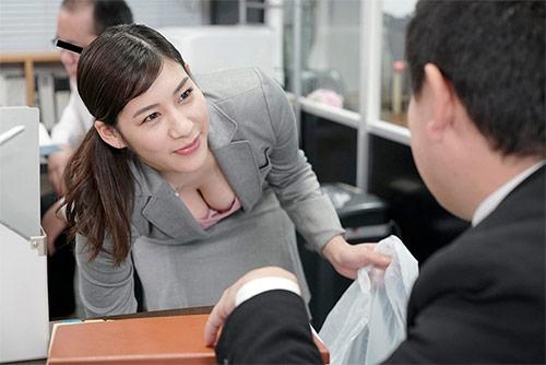 夫は知らないぶっかけ願望 セクハラ上司に精子で汚される妄想をしながら会社のトイレでオナニーしまくる変態OL妻サンプル画像2