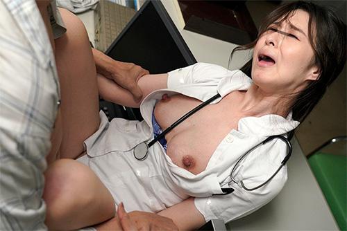 「透けパン尻をオカズに隠れせんずりをしようとしたら地味なおばさん看護師のパンツはまさかの食い込みTバック!?収まらない勃起チ○ポをTバック尻に押しつけたらヤられた」VOL.1サンプル画像4